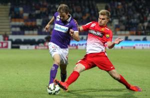 Fabian Koch (links) gegen Lukas Grozurek (Admira/Wacker). Der FAK-Drang zum Tor stammt aus der Ersten Spielhälfte. Foto: GEPA