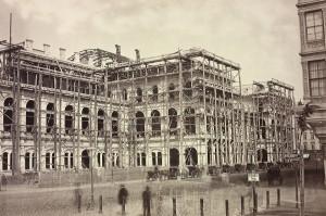 Die heutige Staatsoper bei Erreichen der Dachgleiche um 1865. Foto: ÖNB