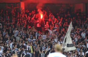 Kollektiv laut und geschlossen über 90 Minuten hinter ihrem Team. Die Anhänger des SK Sturm Graz gestern Nachmittag am Beginn der zweiten Halbzeit. Foto: GEPA