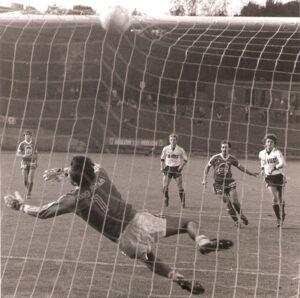 : GAK-Keeper Savo Ekmecic hat das Nachsehen, das Leder bleibt für ihn unhaltbar. Aus VÖEST gg. GAK, 1 : 0, September 1983.  Foto: Sammlung oepb