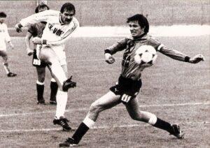 Im Oktober 1985 war es soweit. Haider (links) zieht gegen Andy Pichler von Sturm Graz ab und erzielt sein 100. Bundesligator.  Foto: Sammlung oepb