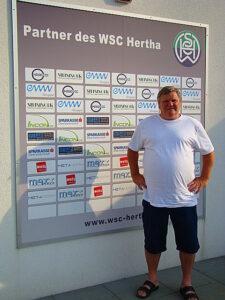"""""""Mach ma des Foto da, dann haben die Sponsoren auch was davon!"""" Bitte sehr, der Jubilar im Welser Mauth-Stadion im Juni 2015. Foto: oepb.at  Foto: Sammlung oepb"""