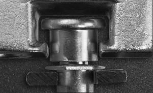 Der MACO i.S.-Sicherheits-Rollzapfen verkrallt sich beim Verschließen durch seine pilzartige Form mit den stabilen Schließteilen, die im Rahmen verschraubt sind. Dies erschwert das Aushebeln des Fensterflügels.