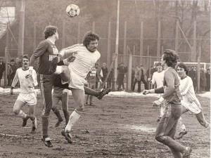 Erstes Spiel, erstes Tor beim 1 : 0 gegen Wr. Neustadt. V.l. die VÖEST-Kicker Haider, Kreuz und Wartinger.  Foto: Sammlung oepb