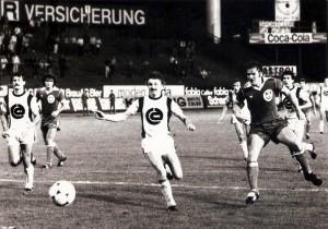Haider (ganz rechts) beim 4 : 1 gegen den Wiener Sportclub im August 1979. Man beachte hinten die alte Stadion-Uhr. V.l.: Walter Müllner (WSC), Max Hagmayr (VÖEST), Norbert Lichtenegger und Karl Ritter (beide WSC) Gerald Haider (VÖEST9, sowie Karl Brauneder (WSC).  Foto: Sammlung oepb