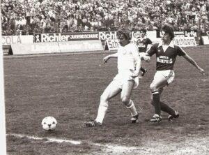 Voller Erfolg gegen Austria Wien im Mai 1980. Haider erzielt beim 4 : 0 das dritte Tor. Rechts: Günter Pospischil, dahinter Johann Dihanich.  Foto: Sammlung oepb