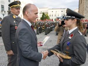 Bundesminister Mag. Gerald Klug (Mitte), Akademiekommandant Brigadier Nikolaus Egger (links) und die Lehrgangsbeste Wachtmeister Kerstin Neidhart
