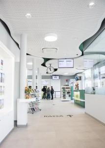 Der Blick in die neue Foyer- und Eingangshalle zeigt die übersichtliche Anordnung der einzelnen Organisationseinheiten. Foto: RIGIPS/Christopher Kelemen