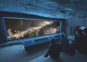 Das Bronzezeit-Kino wurde 400 Meter unter Tage rund um die älteste erhaltene Holzstiege Europas errichtet. Foto: Visionas/NHM Wien