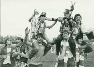 """SK VÖEST-Anhänger der """"Blue Army"""" in den frühen 1980er Jahren. Foto: oepb"""