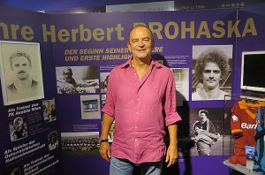 Der Jubilar Herbert Prohaska in seiner eigenen Museums-Austellung. Foto: oepb