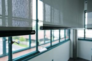 Im Büro schützt flexibler Sonnenschutz vor einem Übermaß an Tageslicht und sorgt dennoch für ausreichend Tageslicht. Foto: VALETTA
