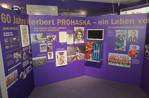 Ein erfolgreiches Fußballer-Leben findet Anerkennung ... ... und Niederschlag auf 4 Wänden. Beide Fotos: oepb