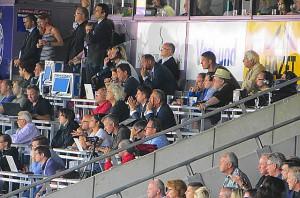 Von 2006 bis 2008 noch violetter Trainer am Verteilerkreis, nun am Aufschwung des SCR Altach maßgeblich beteiligt: Sportdirektor Georg Zellhofer (hinten sitzend mit Brille, dunkles Sakko), der als Aktiver mit dem SK VÖEST Linz bei der Austria stets hohe Niederlagen zu verkraften hatte. Jene Protagonisten von einst, die dafür verantwortlich waren, sind heute Austria-Legenden, wie unten rechts. Erich Obermayer, Alfred Riedl und Josef Sara. Foto: oepb