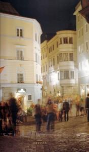 ... die sich bei Nacht in eine lebhafte Beisl-Szenerie verwandelt, die für Generationen von Jugendlichen Anlaufstelle und Heimathafen war. Beide Fotos: API/Magistrat Linz
