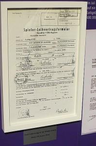 Auch der erste Profi-Vertrag aus dem Jahre 1972 ist ausgestellt. Prohaska verdiente damals bei der Austria 1.500 Schilling (€ 109,-) Foto: oepb