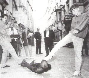 Lokalaugenschein mit Thomas F, der ungerührt seine Tat nachstellte. Faksimile vom September 1990