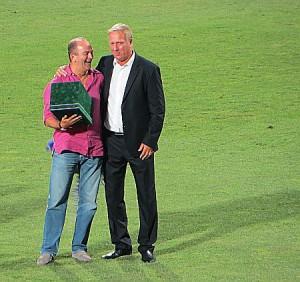Die Überraschung ward geglückt und perfekt, als urplötzlich aus den Stadion-Katakomben der einigste ungarische Weltklasse-Mann Tibor Nyilasi auftauchte, um seinem alten Kumpel persönlich zum runden Geburtstag zu gratulieren. Foto: oepb