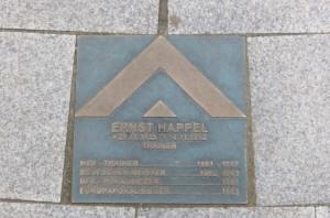 ... sowie vor dem Stadion eine Gedenktafel am Boden des HSV-Boulevard. Beide Fotos: oepb