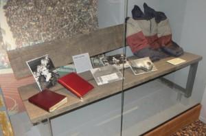 An den Österreichischen Erfolgs-Trainer Ernst Happel erinnert im HSV-Museum eine kleine Vitrine mit Trainer-Bank, Notizblock und adidas-Jacke, ...