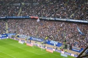 Lautstark und treu stehen sie nach wie vor wie ein Mann hinter ihrem HSV, die Fans auf der Nordtribüne. Foto: oepb
