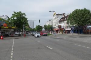 """Die Reeperbahn durch St. Pauli teilt die """"feindlichen"""" Lager. Rechte Seite St. Pauli, links der Hamburger SV. Foto: oepb"""