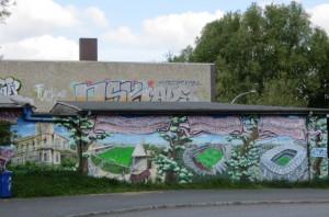 Fußball-Geschichte als kunstvolles Graffiti: Vom Stadion Rothenbaum über den Altonaer Volkspark in Bahrenfeld ins seit Juli 2015 wieder Hamburger Volksparkstadion genannte Areal des HSV: Foto: oepb