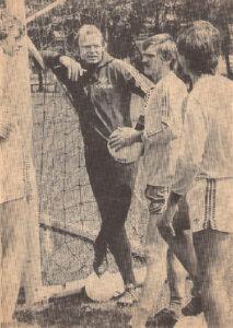Was bringt die neue Saison? Karl Hodits, Erwin Fuchsbichler, Gerald Haider und Helmut Wartinger (von links) beim Training des SK VÖEST am Werksportplatz im August 1982. Foto: SK VÖEST