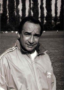 Erfolgs-Coach Aleksander Mandziara im Sommer 1991 beim Training am Werksportplatz mit dem neu geschaffenen FC STAHL, vormals SK VÖEST Linz. Foto: oepb