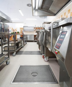... Großküchen setzen auf HygieneFirst von ACO. Beide Fotos: ACO