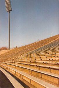 ... Gegengerade. Der FC Schalke 04 bestritt hier 2001 sein letztes Bundesligaspiel. Beide Fotos oepb/1977.