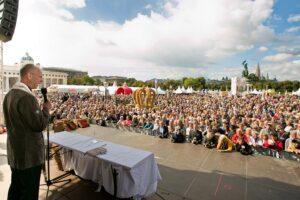 Der Wiener Dompfarrer Toni Faber bei der Segnung. Foto: Jungbauern/Harald Klemm