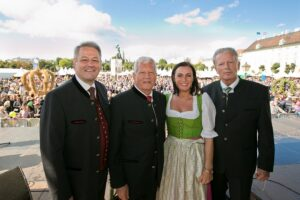V.l.: Bundesminister Andrä Rupprechter, Bauernbund-Präsident Jakob Auer, MEP Elli Köstinger, Vizekanzler Reinhold Mitterlehner. Foto: Jungbauern/Harald Klemm