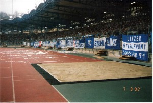 Volle Ränge im Linzer Stadion auf der Gugl in der Ära Alexander Mandziara beim SK VÖEST/FC STAHL Linz waren keine Seltenheit. Kopf an Kopf reihten sich die Besucher hier am 7. März 1992 beim 1 : 0-Erfolg gegen den SK RAPID Wien. Foto: oepb