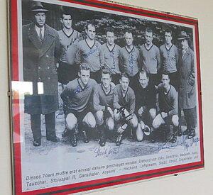 Der 1. SSC unter Trainer Hans Hofstetter (ganz links ) und Josef Pepi Argauer (ganz rechts) mischte einst die Staatsliga in Österreich auf. Bild: Kantine Simmering/oepb