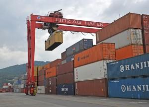 Blick auf den Containerterminal am und im Linzer Hafen. Dieser bildet die Schnittstelle für die Verkehrswege Wasser, Schiene und Straße. Foto: Stadt Linz