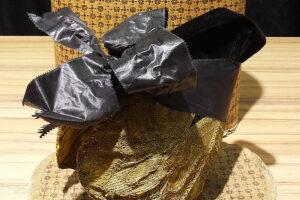Geschichtsträchtiger Fund: In einer Hutschachtel waren eine mehr als 175 Jahre alte Ausseer Goldhaube und ein Brief aufbewahrt. Foto: Tracht & Mode Steinhuber