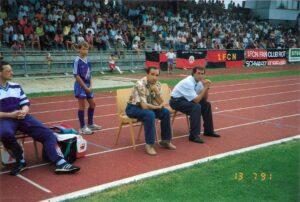 13. Juli 1991: Der FC STAHL Linz bezwingt den 1. FC Nürnberg im Trauner Stadion in einem Freundschaftsspiel mit 2 : 1. Coach Alexander Mandziara (Bildmitte) mit seinem späteren Nachfolger Hans-Dieter Mirnegg. Foto: oepb