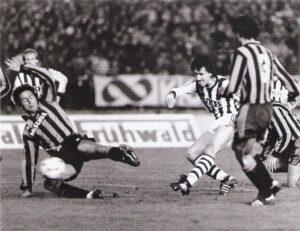 Die spielentscheidende Szene: Hans Gröss (rechts) zieht ab und sekundenspäter zappelt das Leder in den Inter-Maschen. Links: Andrea Mandorlini, sowie rechts (Nr. 3) Giuseppe Baresi. Foto: privat