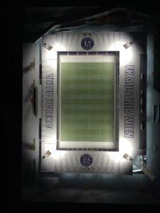 Das Stadion-Modell Generali-Rena (140cm x 100cm) wird mit einer Plexiglas-Haube versehen ...