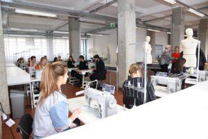 """Die Studierenden des Modestudiums """"Fashion & Technology"""" in der Tabakfabrik Linz, Foto: Stadt Linz"""
