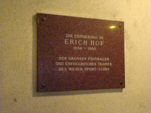 Diese Gedenktafel in der Hernalser Hauptstrasse 214  in 1170 Wien erinnert an den großen Spieler des Wiener SC, Erich Hof. Foto: oepb.at