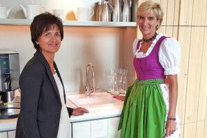 Johanna Köberl (links) vom Ausseer Wassermann mit Dir. Andrea Schupfer (VIVAMAYR Altaussee) bei der ersten Verkostung des belebten Wassers im neuen Gesundheitsresort direkt am Altausseer See. Foto: Ausseer Wassermann