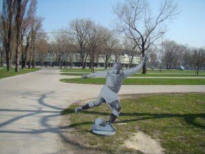 Die verspielte und oftmals ballverliebte AUSTRIA hatte in der Derby-Zeit der 1920er und 1930er Jahre mit Matthias Sindelar einen absoluten Primgeiger in ihren Reihen. RAPID wiederum stand für bodenständiges Handwerk und absolutes Kämpfertum. Die Matthias Sindelar-Statue ist seit 2009 im Austria-Museum in der Generali-Arena zu bewundern. Foto: oepb