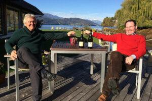 Topwinzer Giorgio Clai aus Istrien (links) brachte seinen Wein zum Verkosten mit. Gastgeber Michael Berndl ließ dazu Trüffelspezialitäten servieren. Foto: Romantik Hotel Seefischer