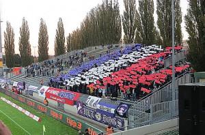Choreografie der Austria Fans zu Spielbeginn, die später 90 Minuten lautstark hinter ihrem Team standen. Foto: oepb