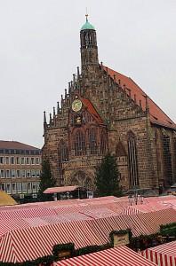 Blick auf die Frauenkirche auf dem Nürnberger Hauptmarkt. Darunter befindet sich der weltberühmte Christkindlesmarkt. Foto: oepb