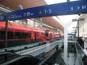 Am Bahnsteig in Salzburg ist ein Umstieg auf eine bereitgestellte Railjet-Garnitur erfolgen  dort finden auch behördliche Kontrollen statt. Foto: ÖBB