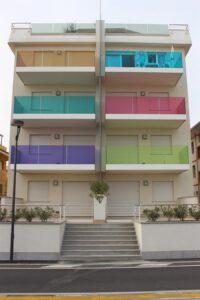 PYROSWISS® PARAPET treibt es auf Wunsch auch bunt und gestaltet so mittels Farbfolien die Fassade. Foto: Stefan Horak