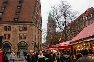 """Marktstände ziehen sich durch die gesamte Altstadt. Links im Bild das gemütliche Lokal """"Barfüßer / Die Hausbrauerei im Mautkeller"""". Foto: oepb"""